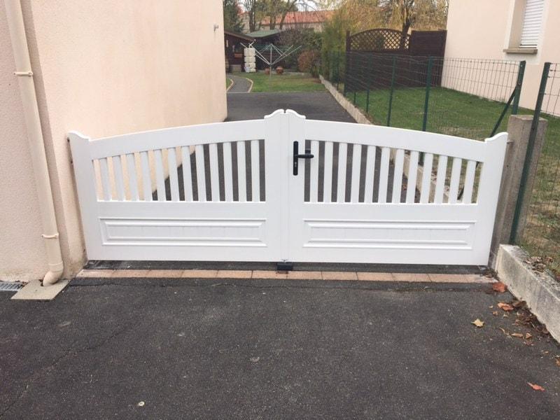 Le portail PVC posé par Nant'Artisans à Mouzillon